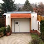 samostatná garáž s integrovanými dveřmi