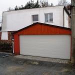 garážová vrata bílá v samostatné garáži