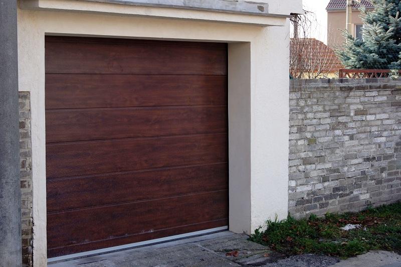 imitace dřeva - sekční vrata