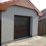 samostatná garáž s hnědými vraty